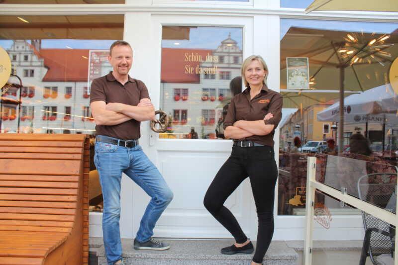 Heiko und Annett Schröder vor Ihrem Café in Torgau.